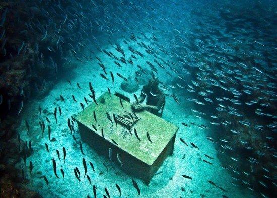 Mount Cinnamon Resort & Beach Club: Underwater Sculpture