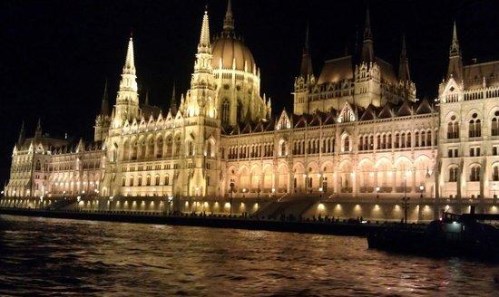 Parlement : Parlamentet fra en båt på Donau på kvelden.
