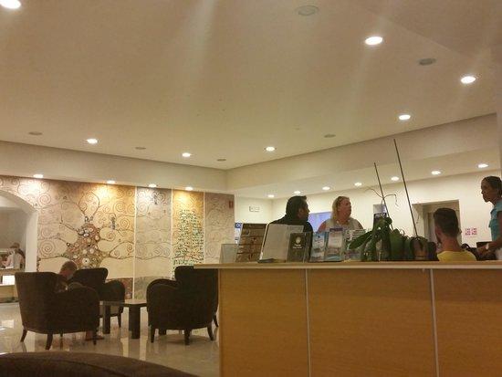 Hotel Anavadia: réception de l'hôtel et Fadela en bleu hôtesse Thalasso
