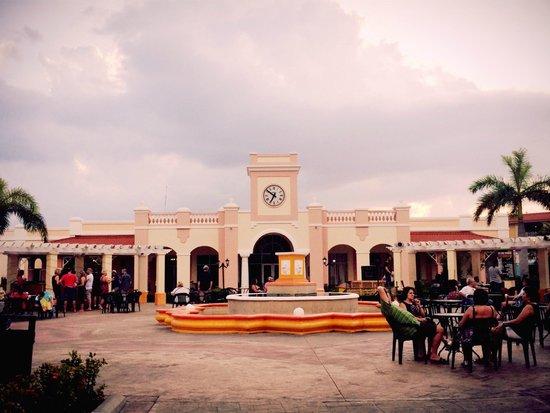Memories Varadero Beach Resort: Vista de los restaurantes a la Carta, frenete al Anfiteatro