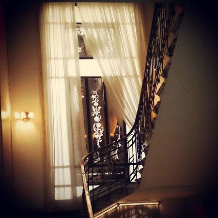 Savoy Hotel: ventanal de la escalera