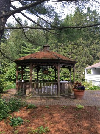 Golden Eagle Resort : Gazebo on grounds to relax in