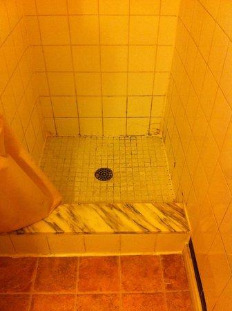 A-1 Motel: Moisissure au fond de la douche / Mauvaise odeur