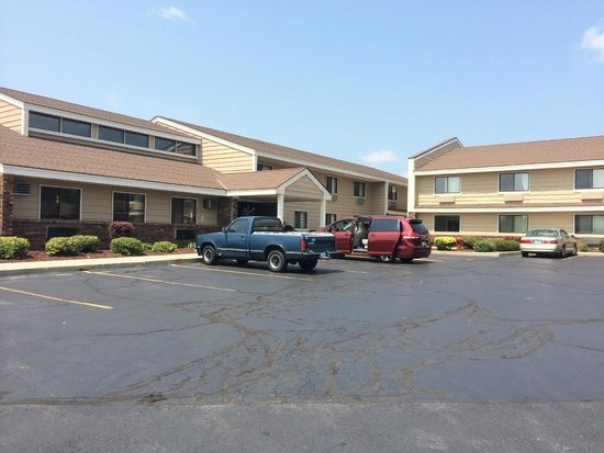 AmericInn of West Bend : View of entry and the two wings of the hotel