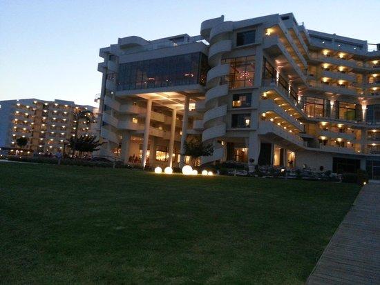 Elysium Resort & Spa : Aussicht zum Hotel am Abend von der Beachbar aus