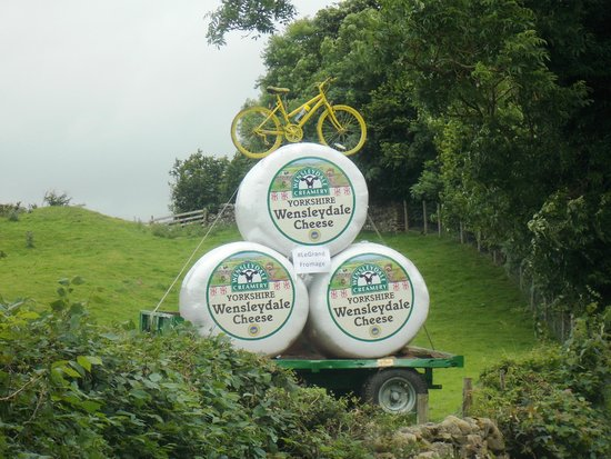 Les grands fromages, between Hawes and Bainbridge : Wensleydale Creamery 'Cheeses'