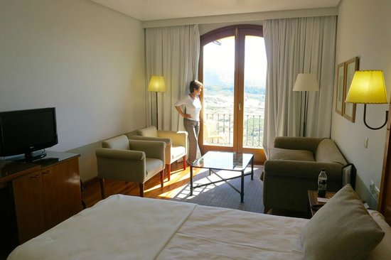 Parador de Ronda: bedroom with view