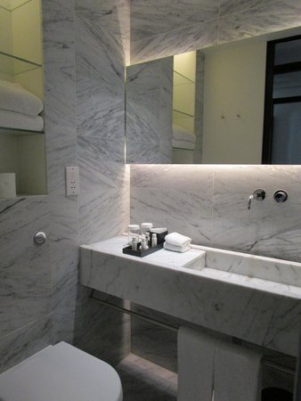 La Suite West - Hyde Park : Bathroom with quality toilettries (great hair conditioner)