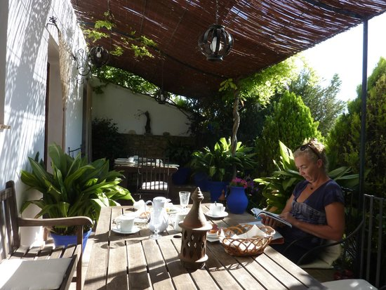 Hotel  Alavera de los Baños: Breakfast in the garden