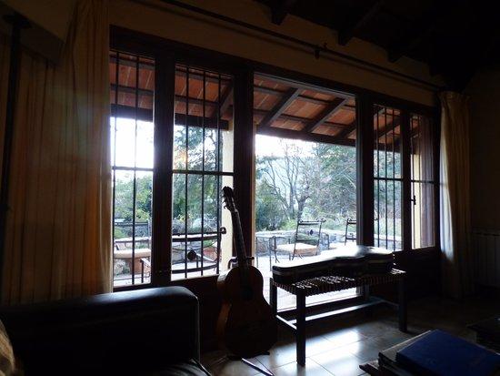 Las Chirimoyas Hotel: Vista desde el living hacia el patio y parque