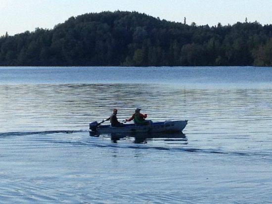 Daniels Lake Lodge Bed & Breakfast: Fishing from the motor boat