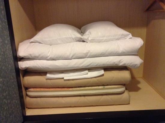 The Edo Sakura : futon piegati nell armadio