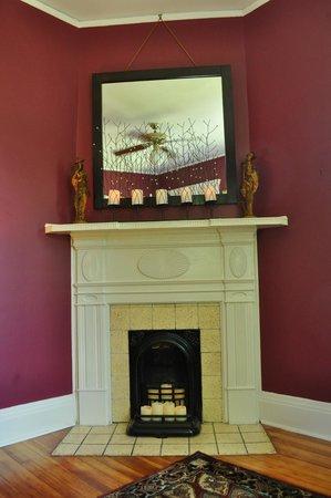 Limestone House Bed & Breakfast: Henry Ford Guestroom Mantle w/Mirror