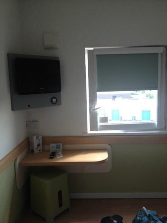 Hotel ibis budget Glasgow: The window that barely opens. The only surface on which to put stuff can be seen too