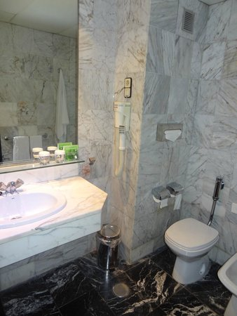 Expo Hotel Barcelona: ванная комната