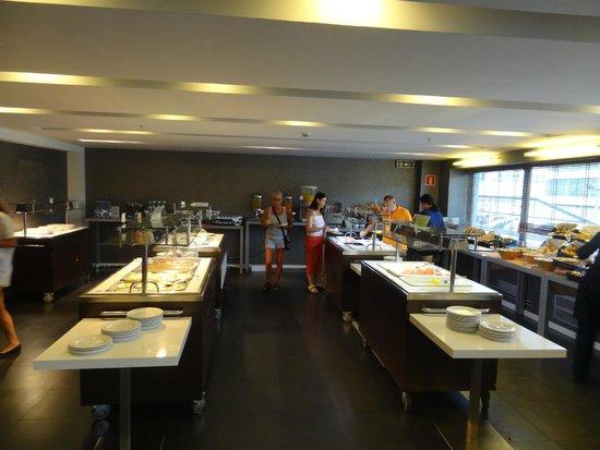 Expo Hotel Barcelona : столовая