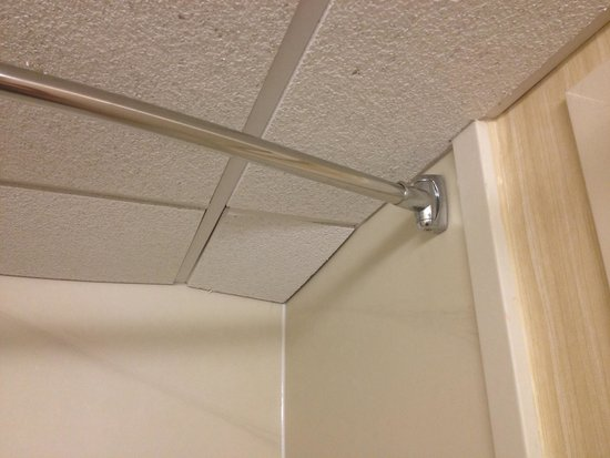 Holiday Inn Portsmouth: Falling ceiling tiles ...
