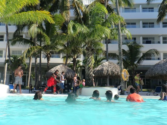 Hotel Riu Naiboa: aerobicos en lapiscina