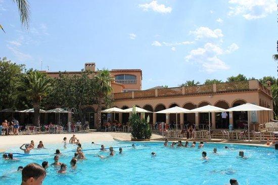 Camping La Torre del Sol : restaurant près de  la piscine