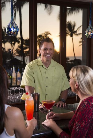 Molokini Bar & Grille: Sunset Views and Inventive Drinks at the Bar