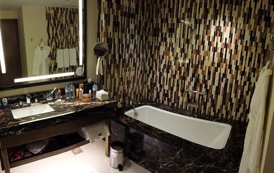 The Westin Abu Dhabi Golf Resort & Spa : Westin Bathroom