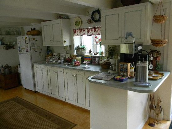 Hounds Tooth Inn: Feel at home in this historic kitchen, stocked with goodies.