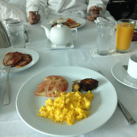 Trump International Hotel & Tower Toronto : Room Service