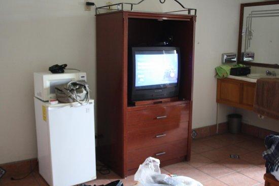 Hotel Sausalito: Minibar and entertainment center