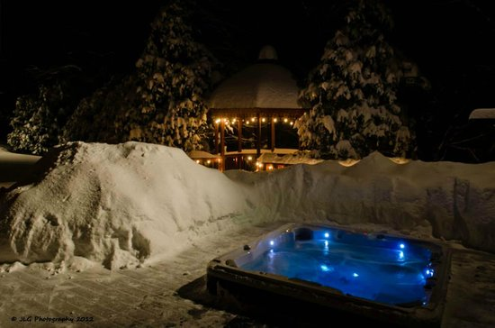Snowed Inn : Hot Tub on the Deck