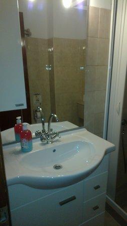Hotel Makarios : Newish bathroom cupboards