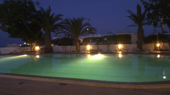 Hotel Makarios: Pool in the evening