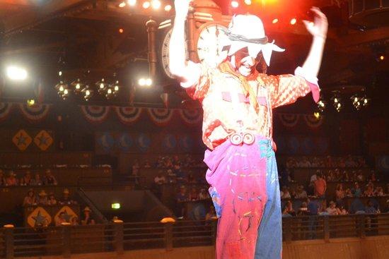 La Légende de Buffalo Bill...avec Mickey et ses amis ! : Cheering on the red team!