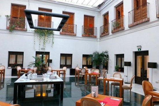Hospes Palacio del Bailio: breakfast place-courtyard