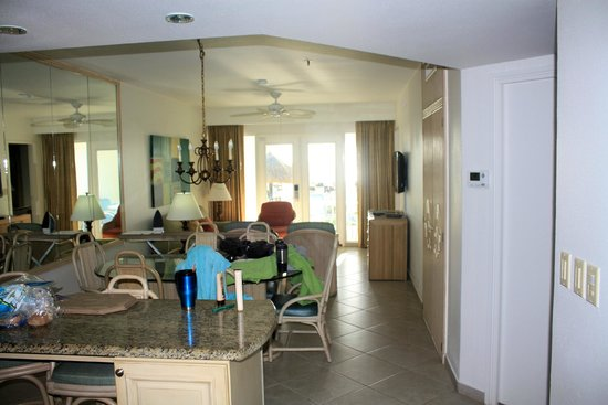 Costa Linda Beach Resort : dining table into living room