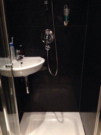St Giles London - A St Giles Hotel : Lavabo in de douche.... Zo krap zijn bepaalde kamers....(bij 1 persoonskamer)