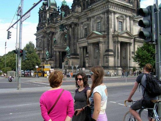 Berliner Dom: Esperando a cruzar junto a la Catedral de Berlín