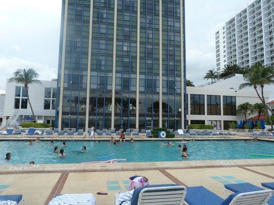 Miami Beach Resort and Spa: Pileta. El edificio le da sombra desde temprano