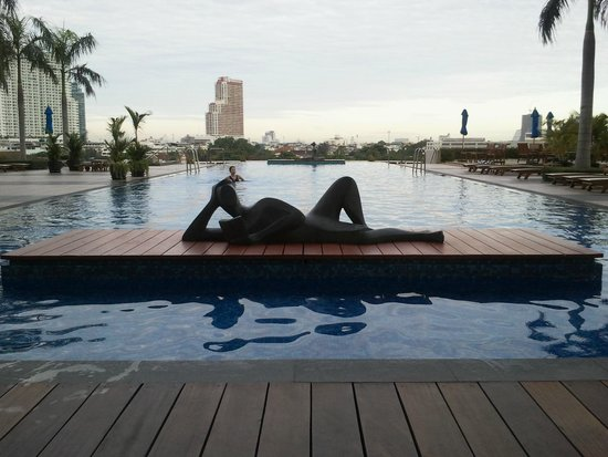 Chatrium Hotel Riverside Bangkok: you can see the river from the end of the pool