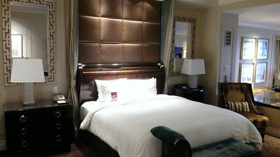 The Palazzo Resort Hotel Casino: Big bed.