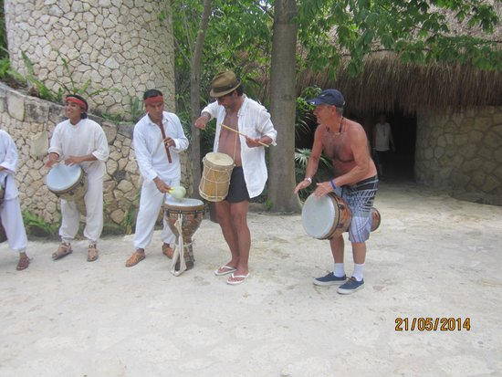 Sandos Playacar Beach Resort : Diversion compartida con los artistas