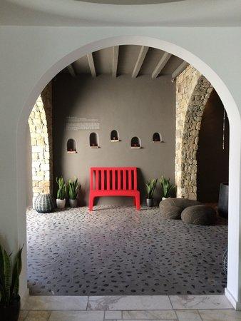 Kouros Hotel & Suites : Walking in