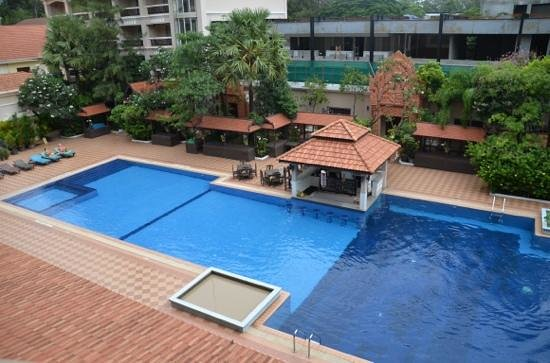 Hotel Somadevi Angkor Resort & Spa : the pool woth construction of apartments behin