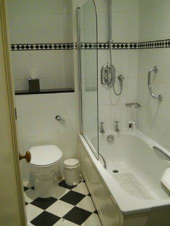Mercure Eastgate Oxford : bathroom with glass half door