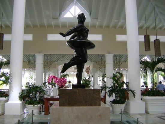 Luxury Bahia Principe Bouganville Don Pablo Collection : escultura del lobby (tipo Botero)