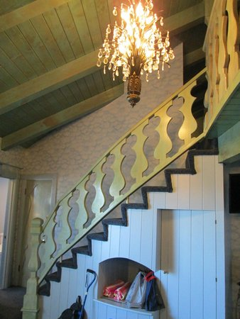 Madonna Inn: Stairway between floors in Sky Room.