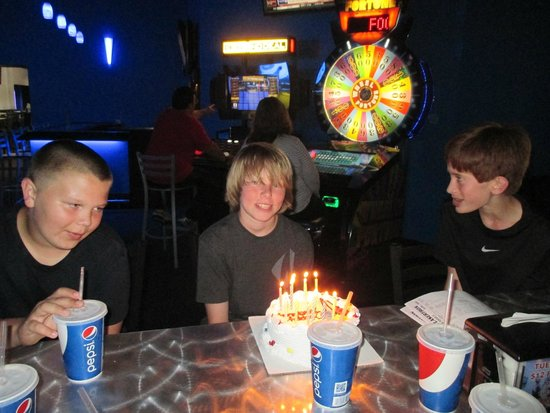 Lasertron : Our party table and the small ice cream cake