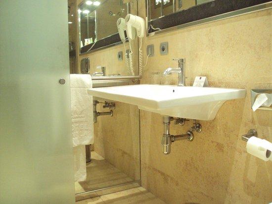 Hotel Fruela: Baño de habitación doble estándar.