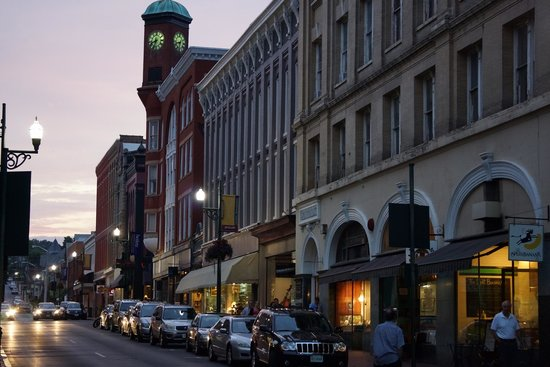 MiddleRidge Bed and Breakfast: Downtown Staunton