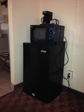 Manor Inn College Station: Microwave, fridge and coffee pot