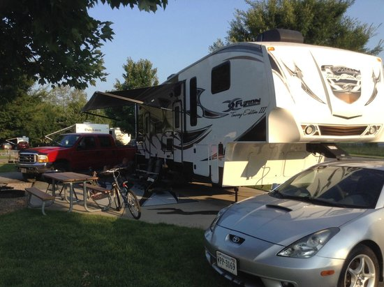 Pine Mountain RV Park by the Creek: picnic tables - all level!